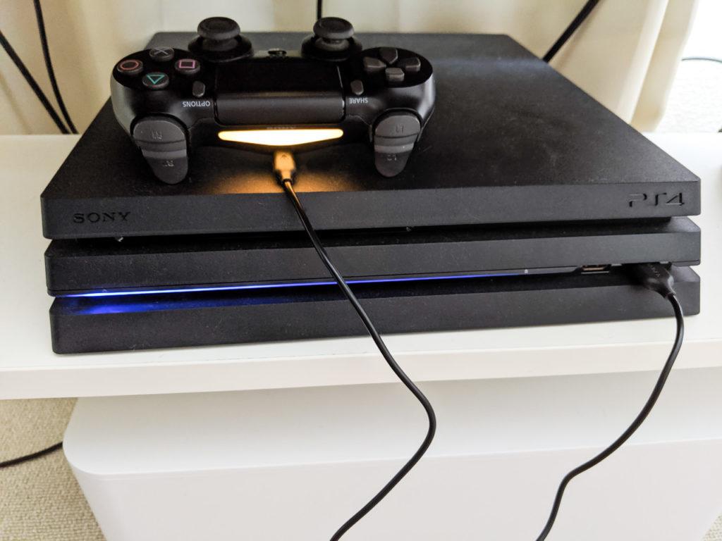 PS4本体からPS4のコントローラーを充電している状態
